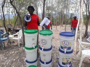 Haiti: Partnerorganisationen von Fastenopfer informieren über Corona und verteilen Material zur Desinfektion, wie diese Kübel mit Hahnen.