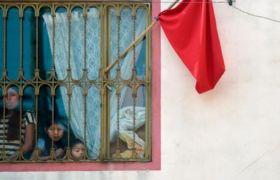 Ein rotes Tuch vor dem Haus bedeutet: Hier haben Menschen Hunger.