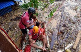Taifun Vamco: Die Menschen brachten sich auf den Dächern in Sicherheit, als das Wasser stieg.